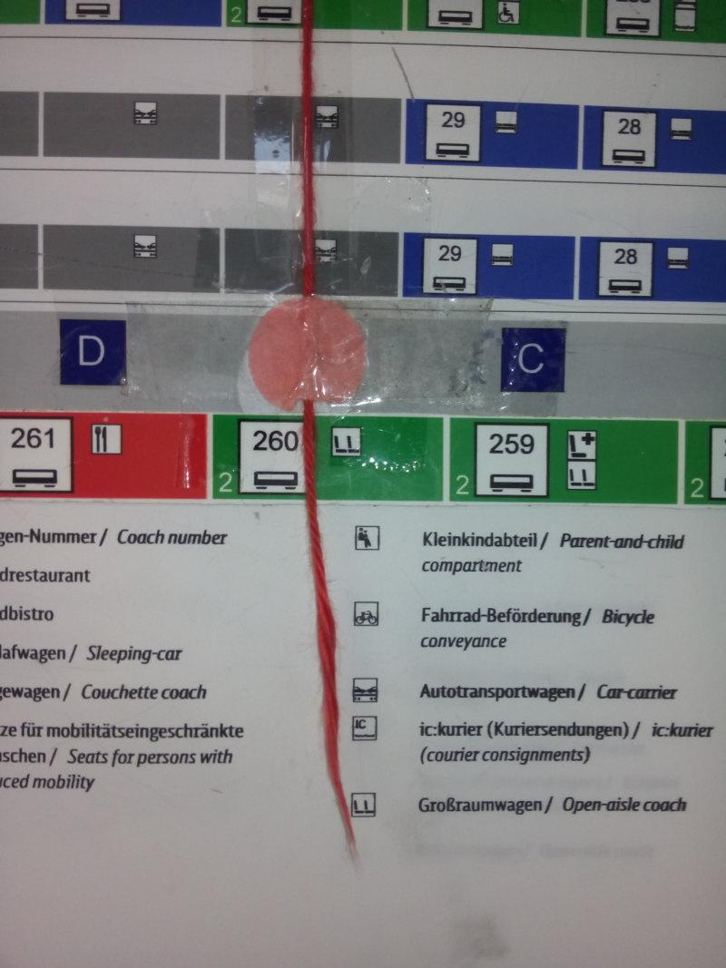 """Abb. 6: Mit Wollfaden improvisierter """"Wagenstandsanzeiger"""" der Deutschen Bahn, 2014, Foto: NW."""