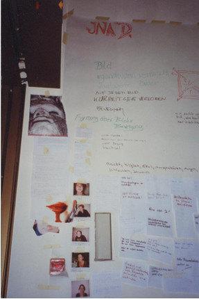 Abb. 1: Arbeitsecke zum Projekt Bildbeschreibung (Ästhetisches Projekt 2001, HS Neubrandenburg, Foto: U.Hanke).