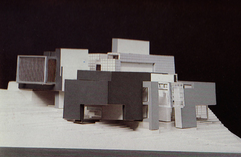 Abb. 3: Peter Eisenman: Axonometrisches Modell für House X, 1978, Modellbauer: Sam Anderson. In: Peter Eisenman: House X, New York 1982, S. 165.