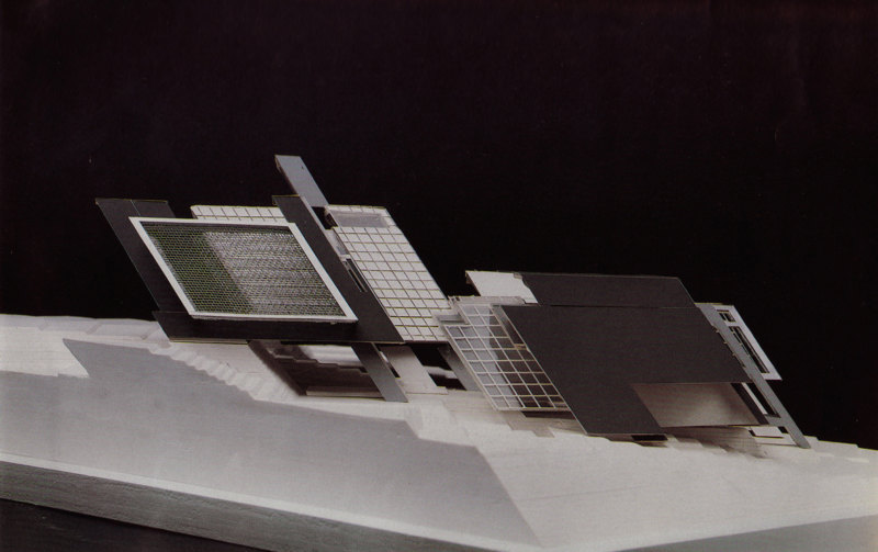 Abb. 4: Peter Eisenman: Axonometrisches Modell für House X, 1978, Modellbauer: Sam Anderson. In: Peter Eisenman: House X, New York 1982, S. 165.