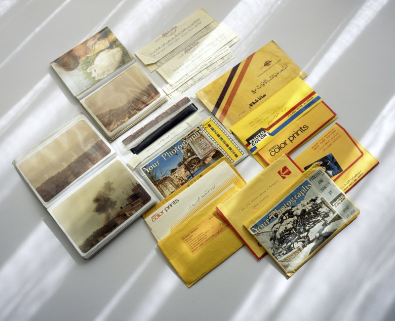 Abb. 2: Akram Zaatari: Untitled (Photo albums, envelopes, and negatives from the early 1980s), 2009, C-Print, framed, 91x112cm, Ed5+1. Courtesy the artist and Sfeir-Semler Gallery.